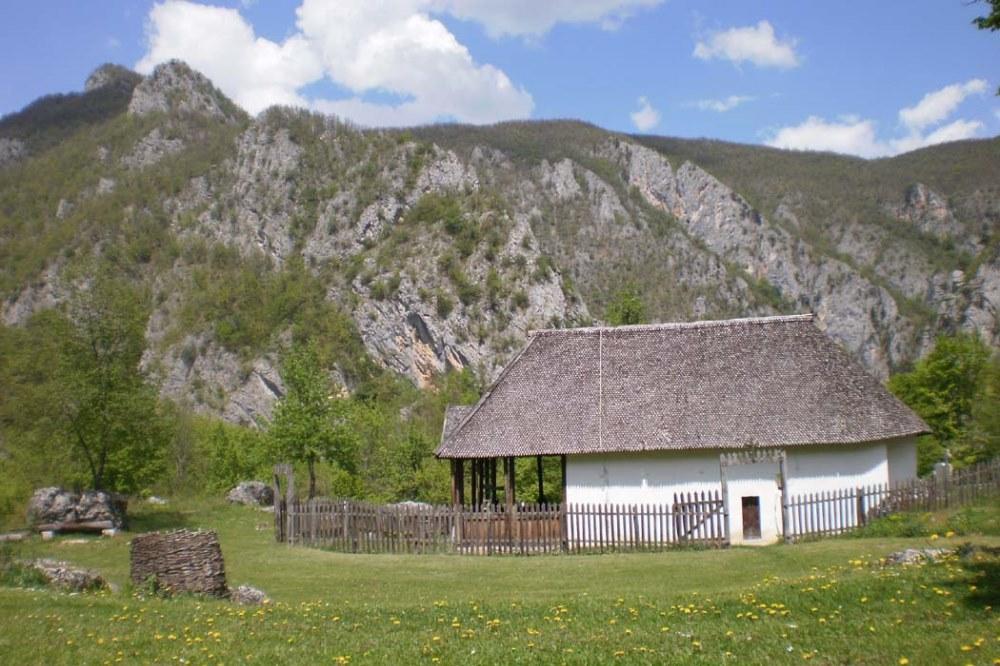 Manastir podvrh pjesacenje